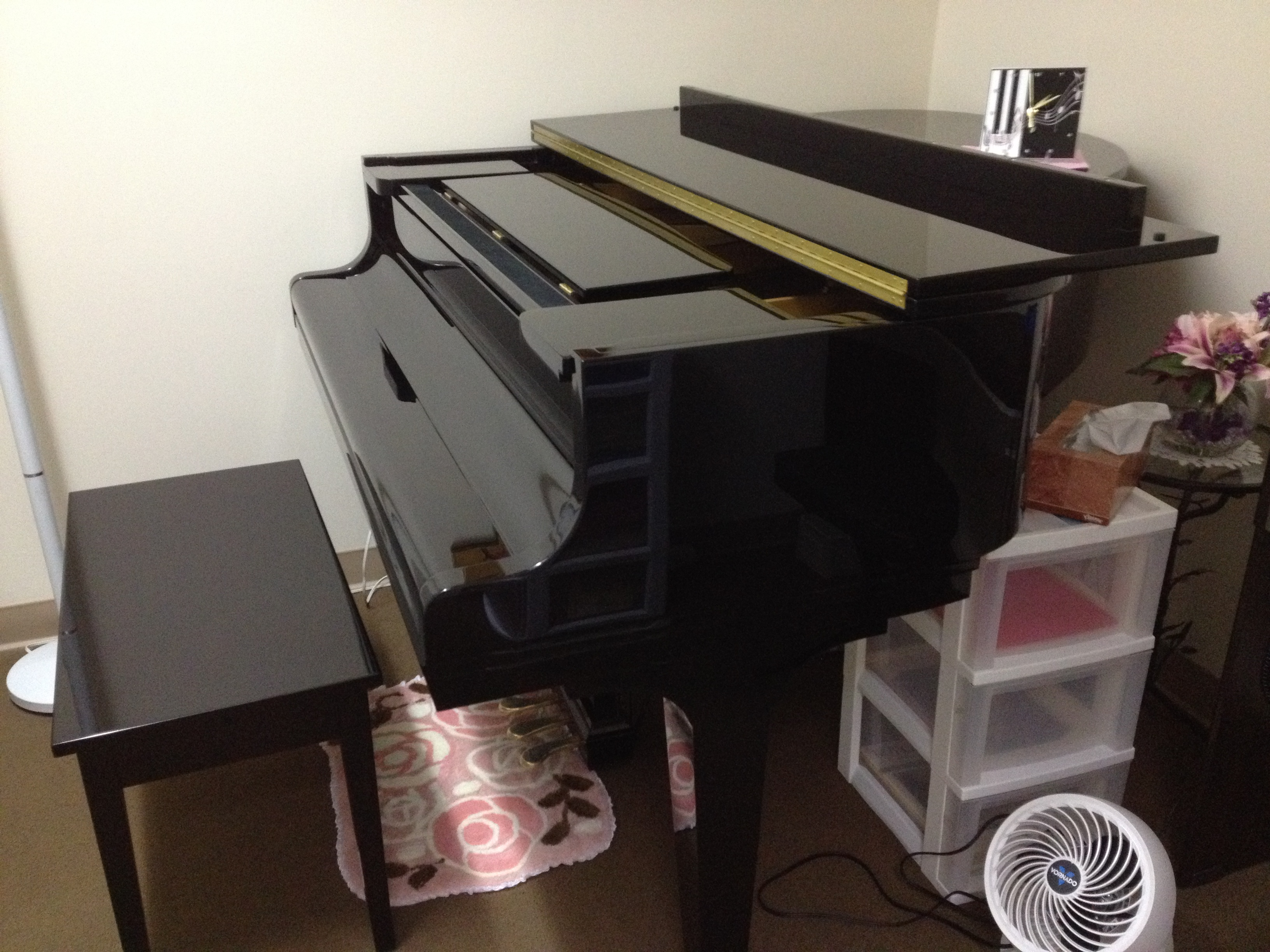 A brand new KAWAI piano for our studio!!